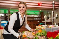 Cateringu usługowy pracownik przygotowywa bufet Zdjęcia Royalty Free