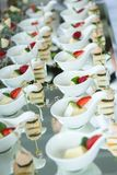 Cateringu wydarzenia Karmowy Ślubny stół Bufet linia w ślubie Wyśmienicie zakąski zakończenie zdjęcia stock