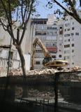 Caterpillar dans la verticale de secteur de construction de bâtiments Photos stock