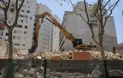 Caterpillar dans le secteur de construction de bâtiments au loin Photos libres de droits