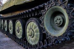 Caterpillar di vecchio carro armato militare fotografia stock