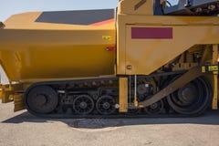 Caterpillar eines modernen Traktors Stockbilder