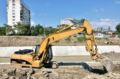 Caterpillar grävskopa på konstruktionsplats Royaltyfria Bilder