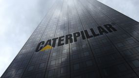 Caterpillar Inc logo på reflekterande moln för en skyskrapafasad Redaktörs- tolkning 3D Royaltyfria Bilder