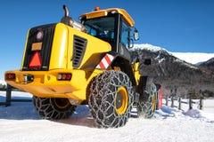 Caterpillar met grote kettingen op de sneeuw royalty-vrije stock foto's