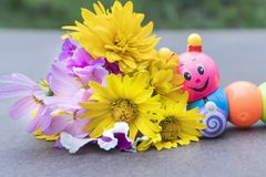 Caterpillar perto das flores fotografia de stock royalty free