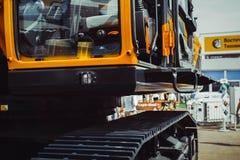 Caterpillar traktor på utställningen Royaltyfria Bilder