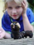 Caterpillar und Mädchen stockfotografie