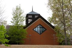 Cathédrale avec des colombes et des hirondelles sur des fenêtres en verre teinté. Images libres de droits
