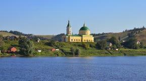 Cathédrale avec la tour de cloche dans le village russe Image libre de droits