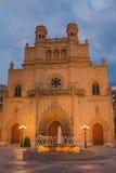 Cathédrale avec la vue de soirée de fontaine Photo stock