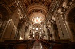 Cathédrale catholique dans la vieille ville baroque, vieille ville de Salzbourg, Autriche Photos stock