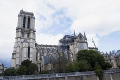 Cathédrale catholique médiévale de Notre-Dame de Paris après le feu Travail de r?novation photographie stock libre de droits