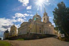 Cathédrale d'épiphanie dans le monastère de Nilov sur le lac Seliger, région de Tver Images stock