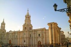 Cathédrale d'Arequipa, point de repère de stupéfaction de Plaza de Armas, Arequipa, Pérou le soir photographie stock