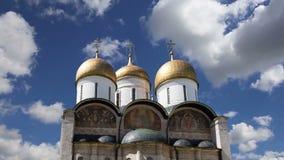 Cathédraled'Assumptiondu Dormition, sobord'Uspensky contre le ciel À l'intérieur de Moscou Kremlin, jour de la Russie banque de vidéos