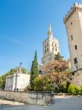 Cathédrale d'Avignon à côté de palais papal images stock
