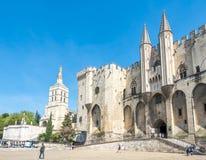 Cathédrale d'Avignon à côté de palais papal photographie stock libre de droits