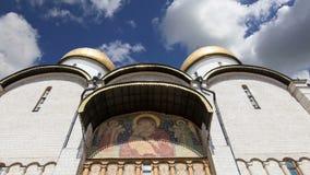 Cathédrale d'hypothèse du Dormition, sobord'Â Uspensky contre le ciel À l'intérieur de Moscou Kremlin, jour de la Russie clips vidéos