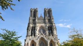 Cathédrale dans la ville de Reims banque de vidéos