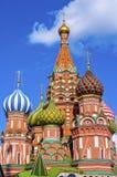 Cathédrale de basilic de rue sur le grand dos rouge à Moscou Photographie stock libre de droits