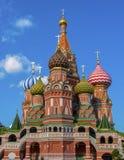 Cathédrale de basilic de rue sur le grand dos rouge à Moscou Image libre de droits