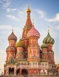 Cathédrale de basilic de rue sur le grand dos rouge à Moscou photos libres de droits