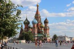 Cathédrale de basilic de rue sur le grand dos rouge à Moscou Photographie stock