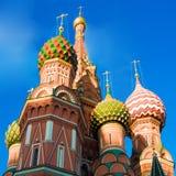 Cathédrale de basilic de rue sur le grand dos rouge Images stock