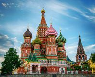 Cathédrale de basilic de rue sur le grand dos rouge à Moscou images stock