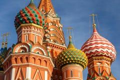 Cathédrale de basilic de rue sur le grand dos rouge à Moscou photo libre de droits