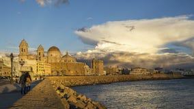 Cathédrale de Cadix sous le cumulonimbus Espagne photo libre de droits