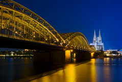 Cathédrale de Cologne et passerelle de Hohenzollern Photo stock
