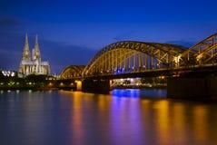 Cathédrale de Cologne et passerelle de Hohenzollern Photos libres de droits
