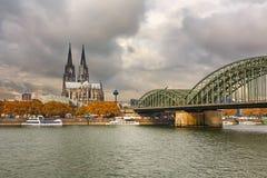 Cathédrale de Cologne et passerelle de Hohenzollern, Allemagne Photo stock
