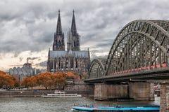 Cathédrale de Cologne et pont de Hohenzollern, Cologne Photographie stock libre de droits