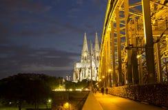 Cathédrale de Cologne la nuit photographie stock libre de droits