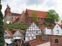 Cathédrale de Havelberg avec la fleur de cerisier dans l'avant photos stock