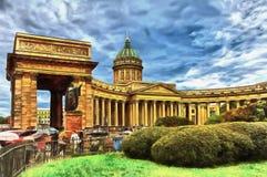 Cath?drale de Kazan contre le contexte d'un ciel orageux illustration de vecteur