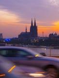Cathédrale de l'Allemagne, Cologne, vue merveilleuse de cathédrale de Cologne, entraînement de voitures sur un pont au-dessus du  Photo stock