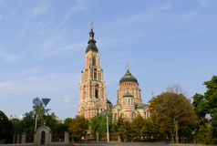Cathédrale de l'annonce à Kharkov, entourée par des arbres sur le fond du ciel bleu Photos libres de droits
