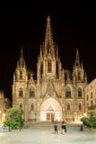 Cathédrale de la croix et du saint saints Eulalia la nuit. Barcelone Photo stock