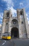 Cathédrale de Lisbonne et une tramway Photos libres de droits
