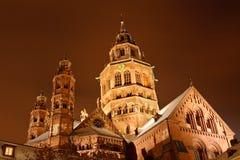 Cathédrale de Mayence (les DOM de Mainzer) la nuit d'un hiver Photographie stock libre de droits