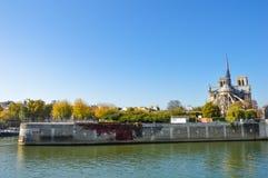 Cathédrale de Notre Dame à côté de la rivière de Paris avec des bateaux et l'été de bâtiments Photos libres de droits
