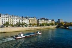 Cathédrale de Notre Dame à côté de la rivière de Paris avec des bateaux et l'été de bâtiments Photos stock