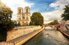 Cathédrale de Notre-Dame dans des Frances de Paris avec la rivière de Siene Images libres de droits