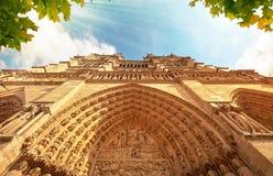 Cathédrale de Notre-Dame dans des Frances de Paris avec les rayons légers d'or Image stock