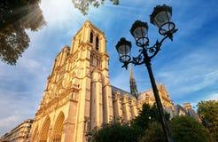 Cathédrale de Notre-Dame dans des Frances de Paris avec les rayons légers d'or Photos stock