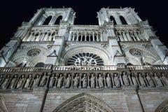 Cathédrale de Notre Dame de Paris la nuit images stock